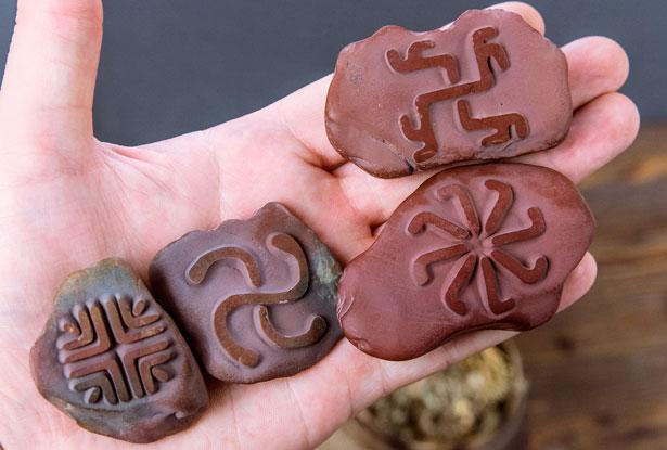 алтарные камни, алтарные резы, знаки солнечных богов
