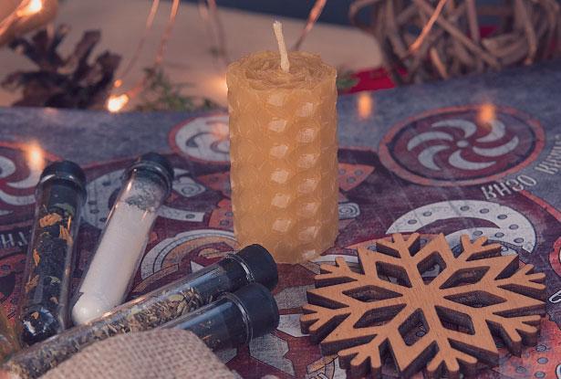 Свеча, снежинка и пряности в колбах