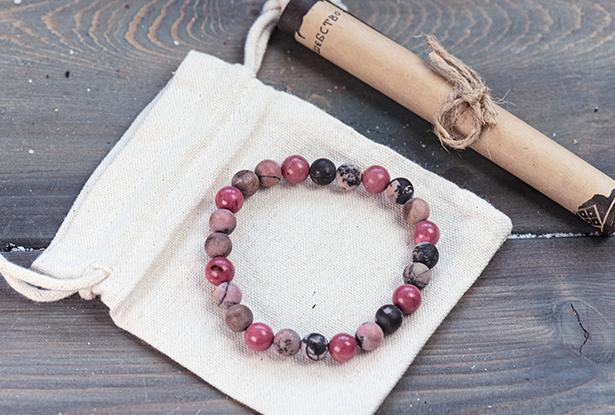 браслет из родонита купить, родонит, камень родонит, амулет купить, браслет для исполнения желания купить, браслет камень, женский браслет, купить браслет, купить браслет из камня, защитный браслет, магический браслет